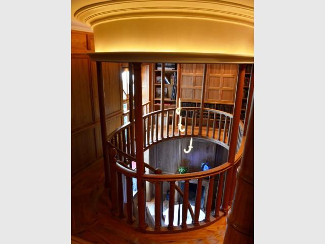 Une bibliothèque entièrement couverte de bois - Hôtel Clarance***** à Lille