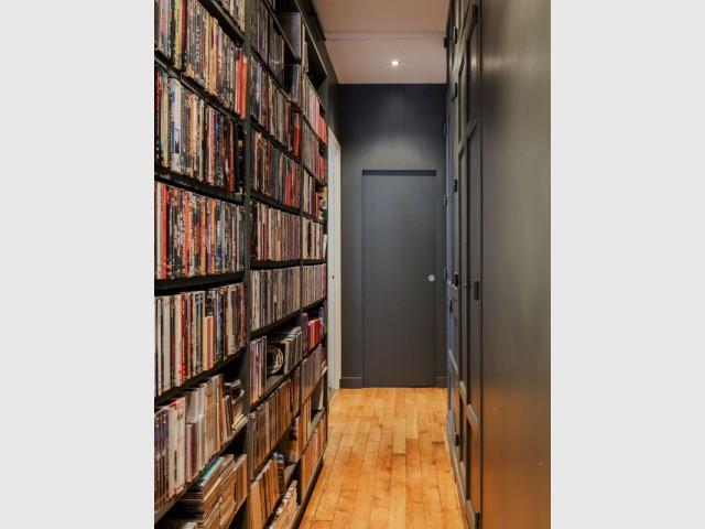 Un couloir original garni de rangements sur-mesure  - Restructuration complète d'un appartement familial à Paris