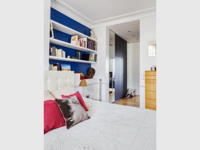 Une chambre aux couleurs vives conçue comme une suite parentale - Restructuration complète d'un appartement familial à Paris