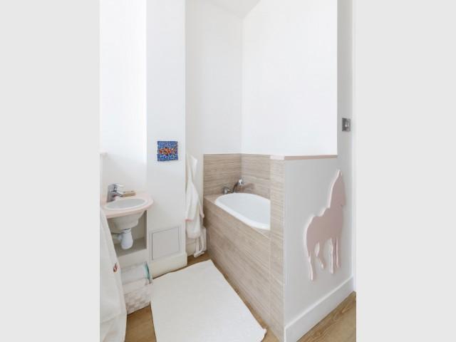 Une salle de bains pour bébé ultra fonctionnelle - Restructuration complète d'un appartement familial à Paris
