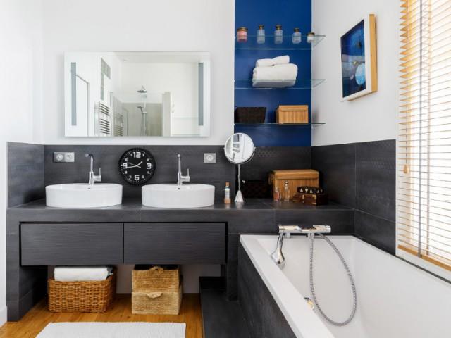 Une salle de bains élégante entièrement équipée - Restructuration complète d'un appartement familial à Paris