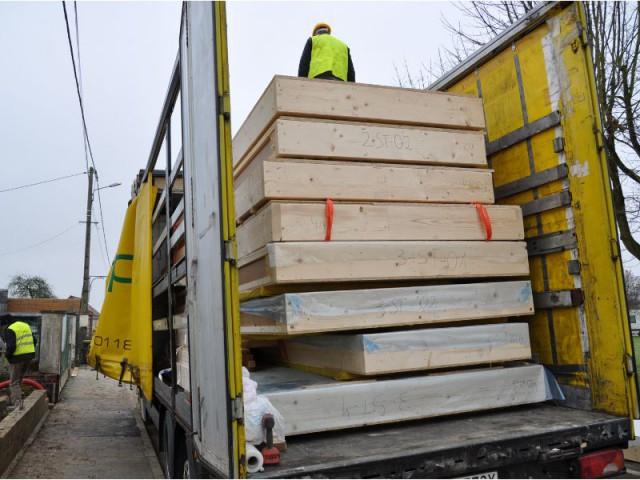 Arrivage par camions - Maison Ecolocost