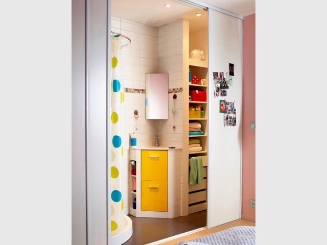 De grandes cloisons coulissantes pour cacher la mini salle de bains - Une salle de bains de 3 m2, dix possibilités d'aménagement
