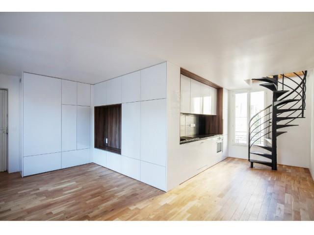 Une pièce à vivre sobre et épurée - Surélévation en milieu urbain dense