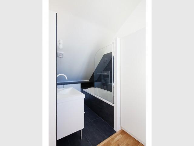 Une salle de bains ouverte sous combles  - Surélévation en milieu urbain dense