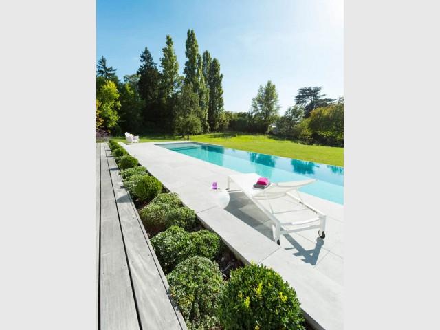 Une séparation naturelle entre le bassin et la terrasse - Piscine à débordement Indre et Loire