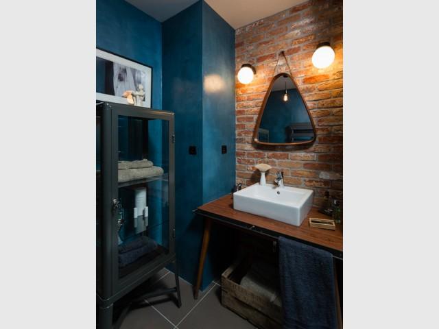 Une salle de bain esprit art déco - Un appartement neuf s'invente une âme industrielle