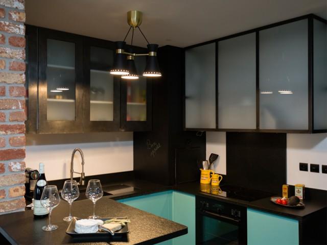 Une cuisine traversante visible - Un appartement neuf s'invente une âme industrielle