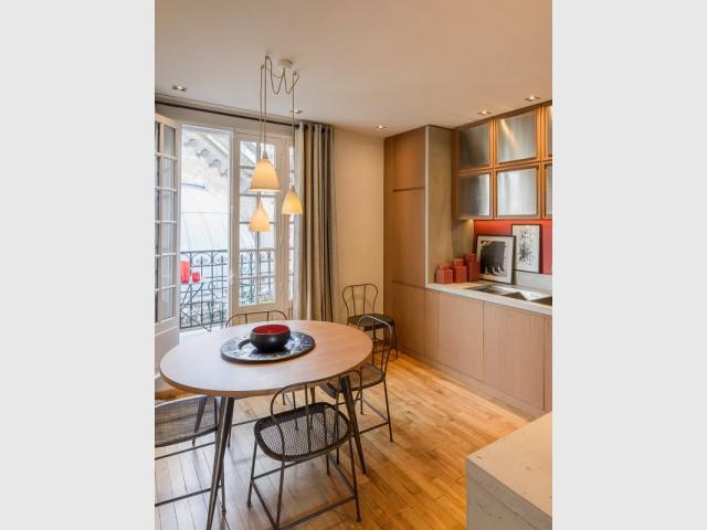 Une cuisine moderne dans un esprit industriel et chic - Atelier d'artistes Paris 14e