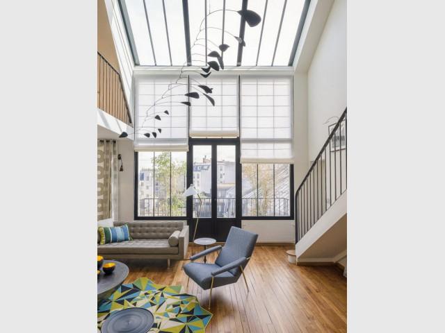 Une verrière contemporaine surplombe le salon - Atelier d'artistes Paris 14e