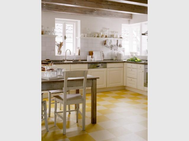 Un sol linoléum imitation carreaux de carrelage pour ma cuisine - Des sols souples en trompe l'oeil