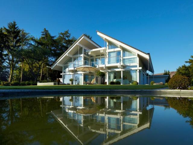 Une maison drapée d'un toit papillon
