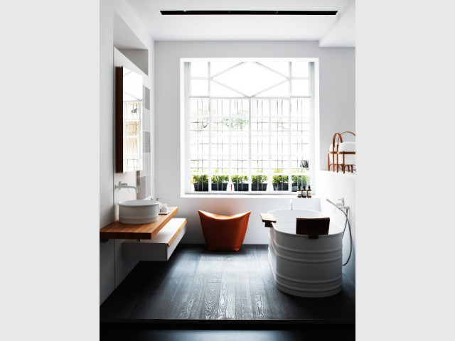Une salle de bains avec un sol surélevé - Une salle de bains ouverte sur l'extérieur