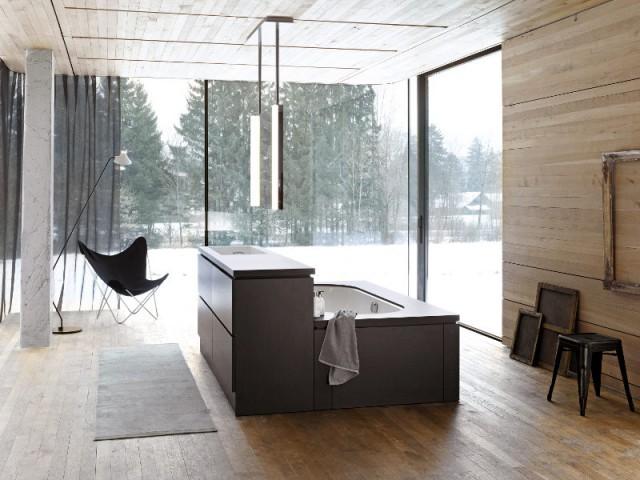 Une salle de bains avec la vasque au milieu de la pièce - Une salle de bains ouverte sur l'extérieur