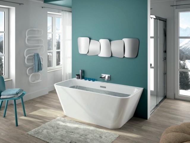 Une salle de bains avec un espace douche au centre - Une salle de bains ouverte sur l'extérieur