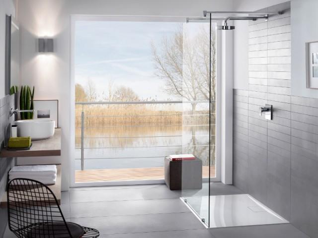 Une salle de bains avec un espace douche sans porte - Une salle de bains ouverte sur l'extérieur