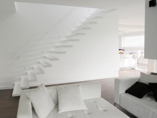 Des marches blanches pour un escalier ton sur ton - Un escalier discret pour mon intérieur