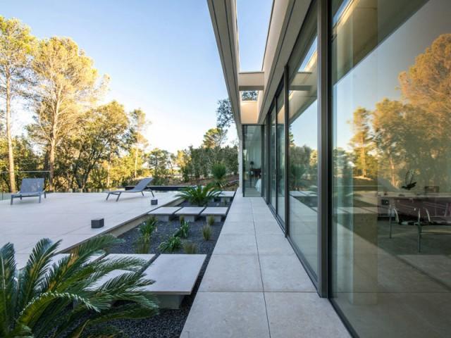 Une baie vitrée tout le long de la maison - Projet ART - Agence Brengues Le Pavec