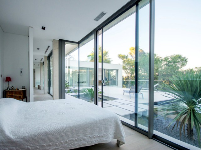 Une chambre avec vue dégagée sur la pinède - Projet ART - Agence Brengues Le Pavec