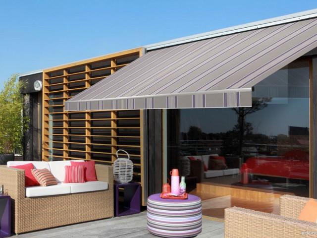Un store rayé violet en harmonie avec le mobilier de terrasse - Un store de terrasse en harmonie avec la maison