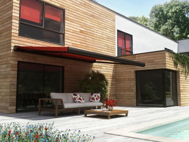 Un store rouge vif assorti aux stores intérieurs - Un store de terrasse en harmonie avec la maison