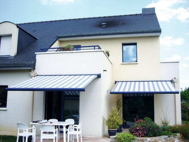 Des stores aux coffres bleus comme le garde-corps du balcon - Un store de terrasse en harmonie avec la maison