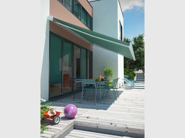 Un store vert d'eau comme les stores intérieurs - Un store de terrasse en harmonie avec la maison