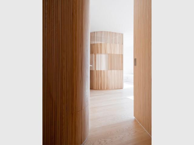 1 appartement fait rimer intimit et convivialit. Black Bedroom Furniture Sets. Home Design Ideas