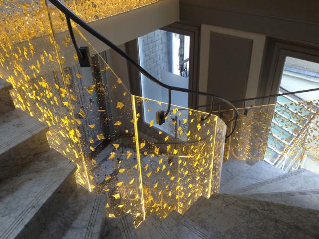 Le Dacryl® comme garde-corps dans un escalier - Un matériau caméléon qui se fait une place partout
