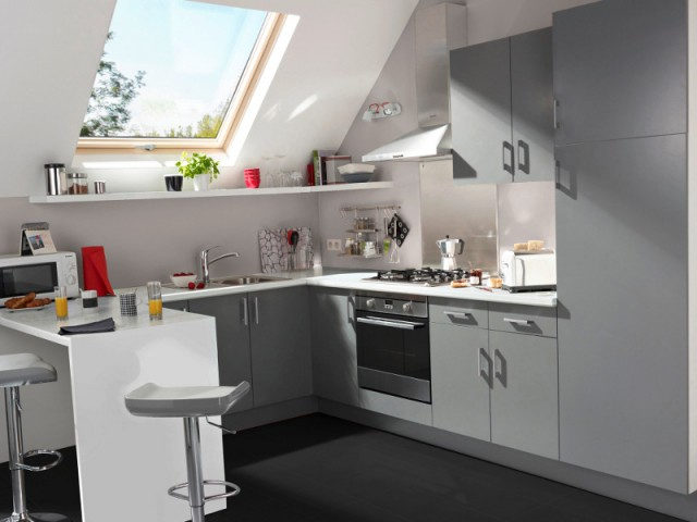 Une tablette pour utiliser l'espace sous la fenêtre de toit - Une cuisine optimisée à petit prix