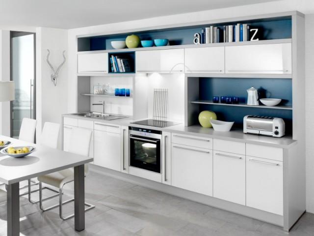 Des étagères dans les renfoncements pour utiliser l'espace sous les placards - Une cuisine optimisée à petit prix
