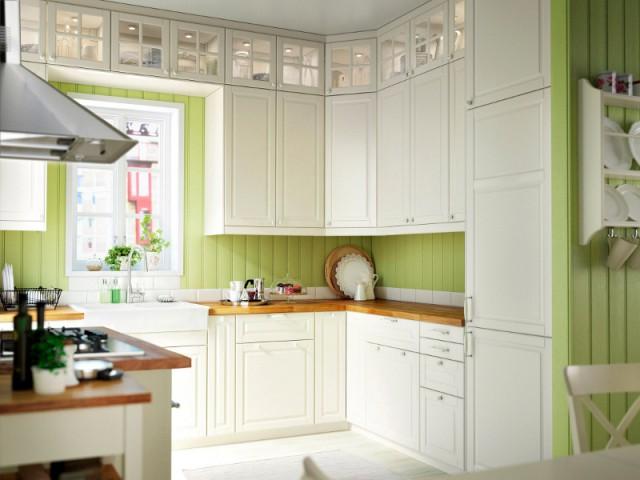 Des surmeubles pour utiliser l'espace au-dessus des placards - Une cuisine optimisée à petit prix