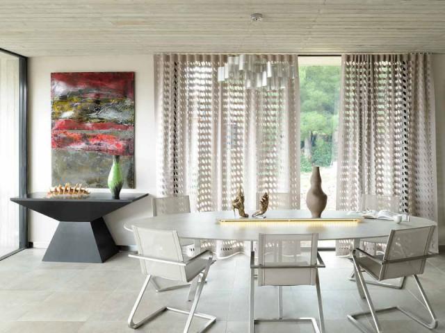 Une salle à manger sobre qui met en valeur chaque œuvre exposée - Villa Cap Arts