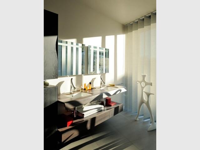 Du mobilier dsign associé à des œuvres contemporaines dans la salle de bains - Villa Cap Arts