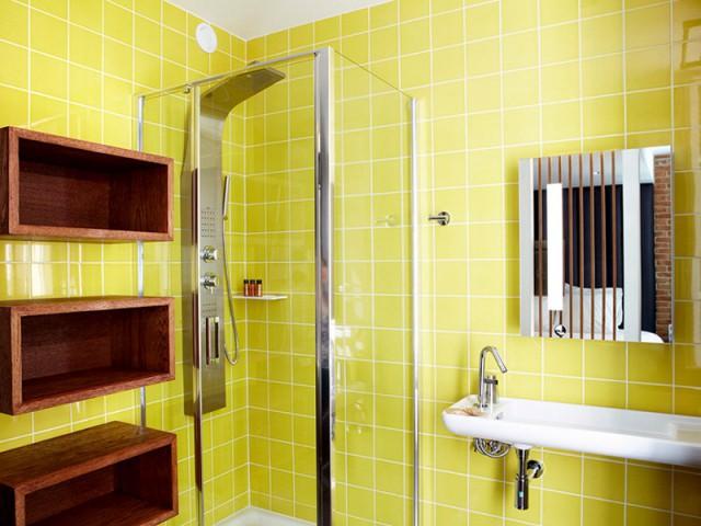 Une salle de bains color block pour créer la surprise - Hôtel du Jeu de Paume à Versailles