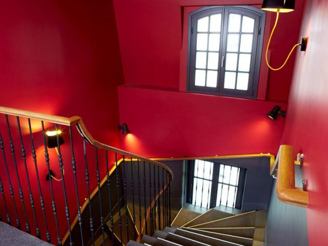 La main courante de l'escalier pour délimiter les couleurs - Hôtel du Jeu de Paume à Versailles
