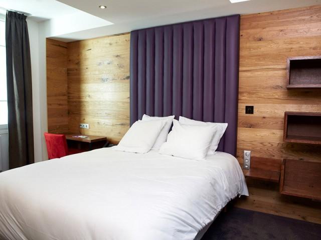 Une tête de lit XXL pour renforcer le côté douillet de la chambre - Hôtel du Jeu de Paume à Versailles