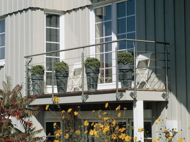 Des garde-corps qui se fixent latéralement pour ne pas perdre d'espace au sol - Terrasse : des garde-corps et balustrades pour tout type de besoins