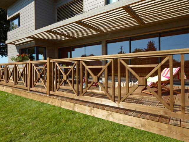 Une balustrade graphique en bois qui s'harmonise avec le style de la maison - Terrasse : des garde-corps et balustrades pour tout type de besoins