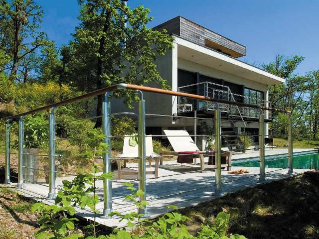 Un garde-corps bois et acier sécurisant pour une plage de piscine - Terrasse : des garde-corps et balustrades pour tout type de besoins