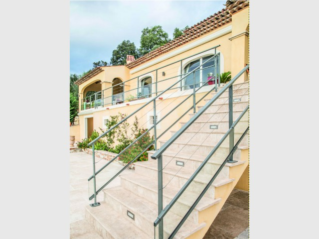 Des garde-corps contemporains pour contraster avec une maison provençale  - Terrasse : des garde-corps et balustrades pour tout type de besoins