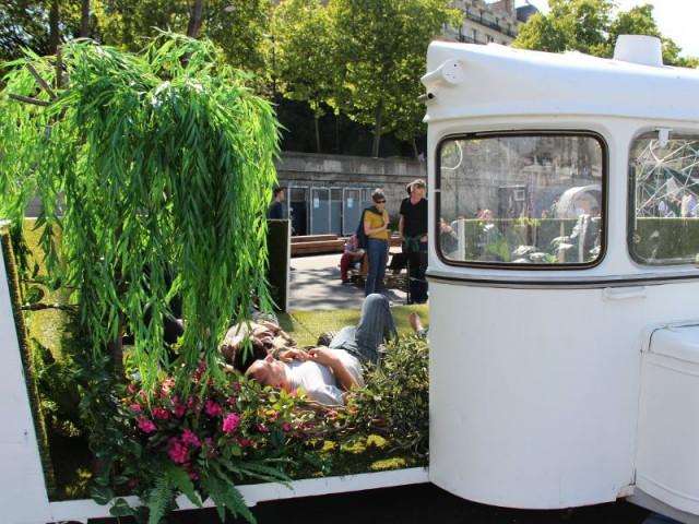 Une caravane qui se transforme en jardin public - Exposition City Camping