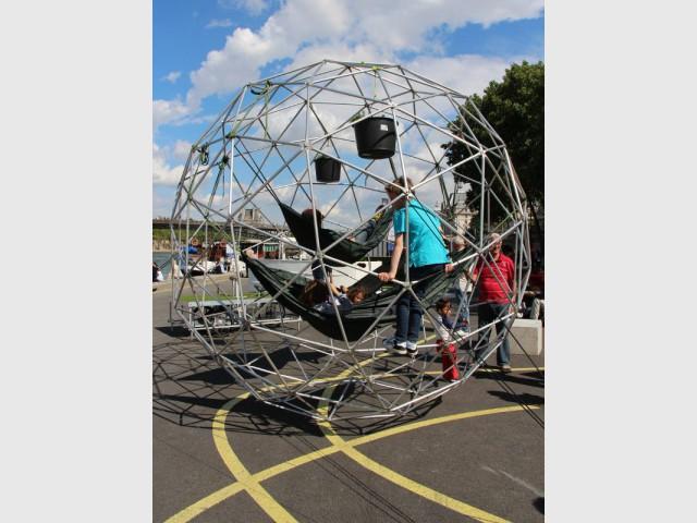 Une sphère aérée pour se reposer en suspension - Exposition City Camping