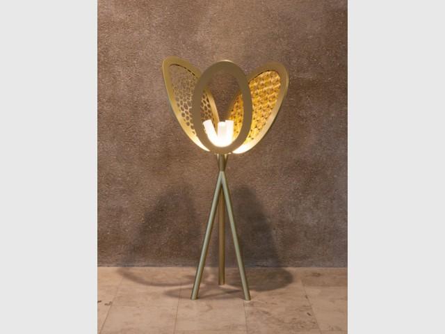 Une lampe inspirée des éventails locaux - Guto Requena à la gallery Bensimon