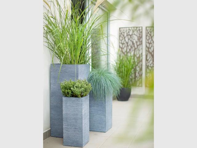 Une combinaisons de pots grande hauteur pour encadrer les ouvertures - Balcons : donnez du rythme grâce aux jardinières !