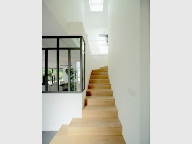 Un escalier de bois pour accéder à l'étage - Surélévation d'un pavillon francilien