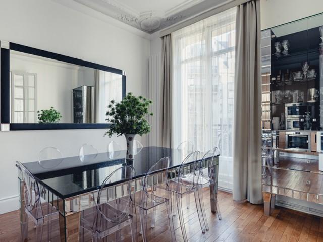 Des meubles miroirs disséminés dans l'appartement - Un appartement aux mille reflets