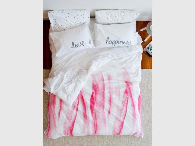 De la peinture rose en bandes sur une housse de couette - Tendance aquarelle