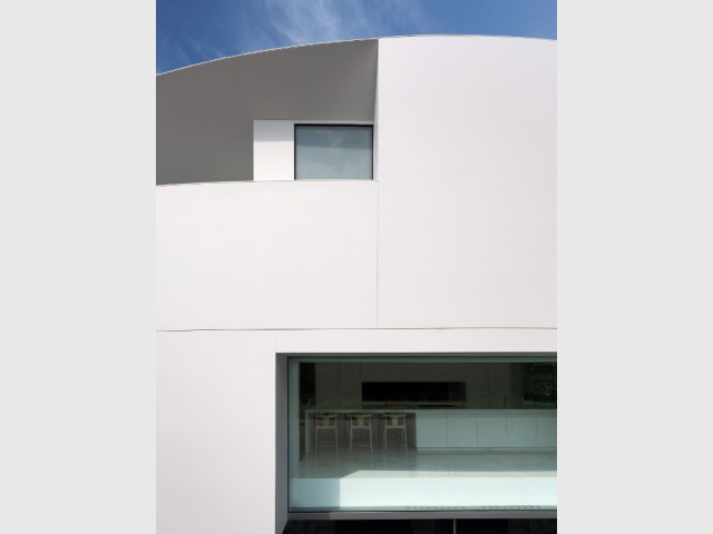 Une toiture courbe à l'image de la maison - Casa Balint par Fran Silvestre Architectos
