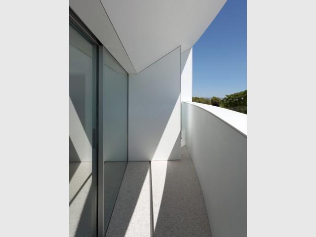 Des montants de fenêtres cachés dans la construction - Casa Balint par Fran Silvestre Architectos